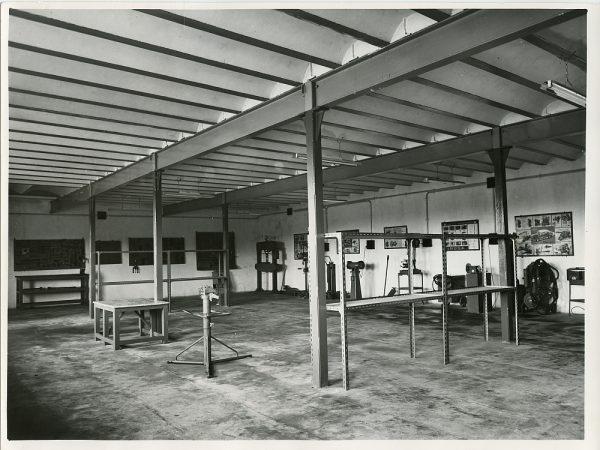 MMH-085-Interior de los talleres Calvo en la carretera de Madrid_ca 1973 - Fot Flores