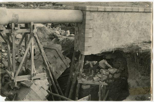 MMH-086-Obras en un pilar en el sifón del canal de aguas del Torcón_Septiembre de 1952