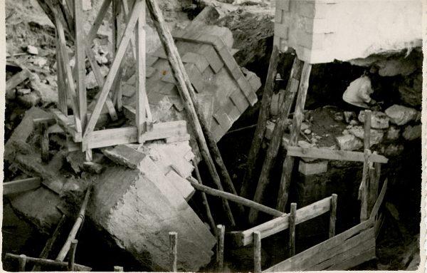 MMH-099-Obras en un pilar en el sifón del canal de aguas del Torcón_Septiembre de 1952