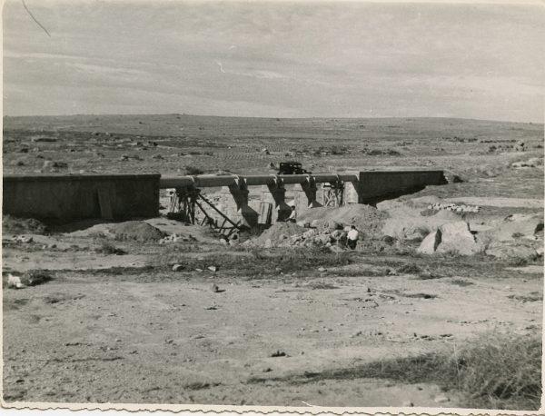 MMH-113-Obras en un pilar en el sifón del canal de aguas del Torcón_Septiembre de 1952
