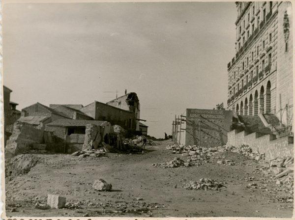 MMH-128-Obras de construcción del aparcamiento en la explanada del Alcázar, junto a San Miguel_ca 1954 - Fot Celestino