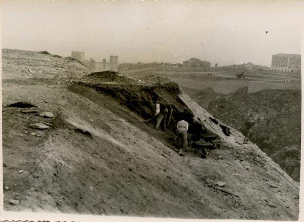 MMH-136-Obras de construcción del aparcamiento en la explanada del Alcázar, junto a San Miguel_ca 1954 - Fot Celestino