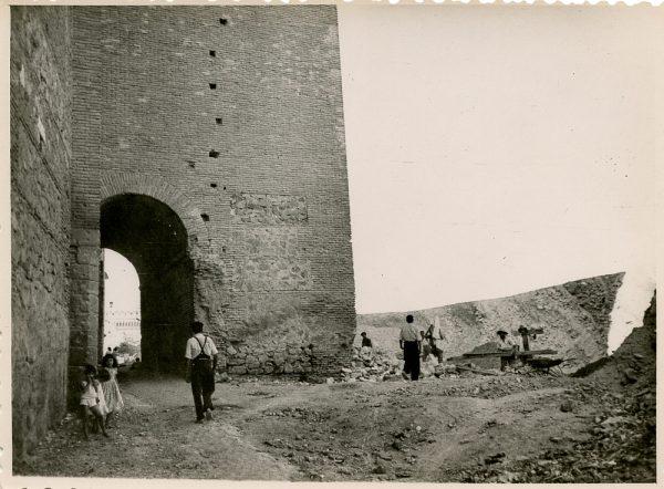 MMH-143-Obras de construcción del aparcamiento en la explanada del Alcázar, junto a San Miguel_ca 1954 - Fot Flores