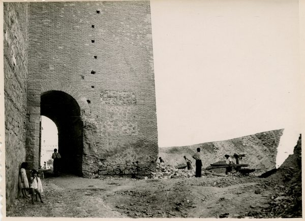 MMH-144-Obras de construcción del aparcamiento en la explanada del Alcázar, junto a San Miguel_ca 1954 - Fot Flores