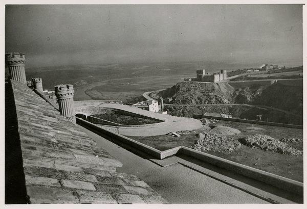MMH-179-Entorno este del Alcázar, vista del castillo de san Servando_ca 1960