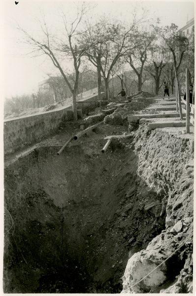 MMH-369-Obras de urbanización junto al tramo de murallas entre junto al tramo entre el paseo del Carmen y la bajada del puente de Alcántara_1960 - Fot Flores