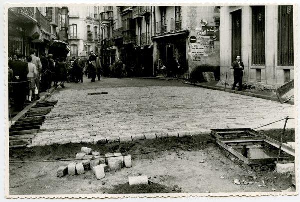 MMH-421-Obras de urbanización de la calle de Comercio, junto a la plaza de Zocodover_1961 - Fot Flores