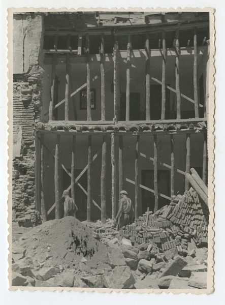 MMH-550-Obras en la fachada de una residencia desconocida_ ca 1959 - Fot Celestino