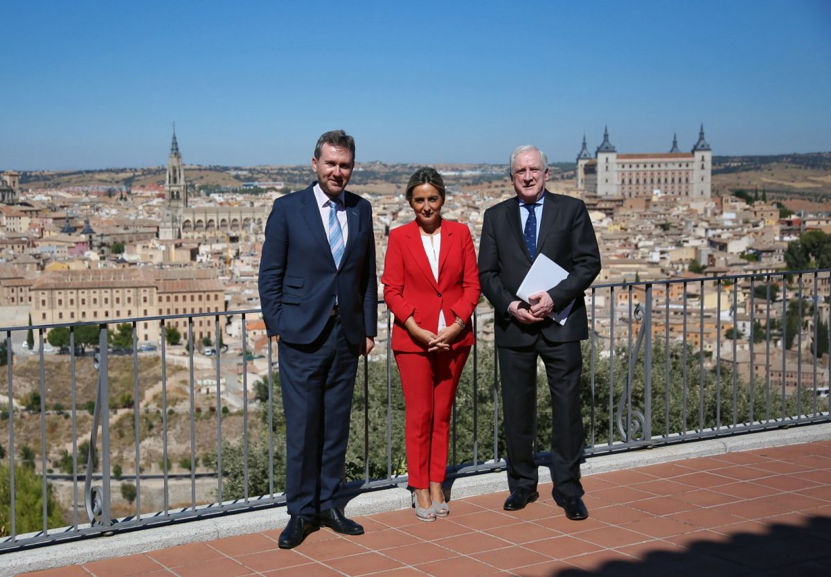 https://www.toledo.es/wp-content/uploads/2018/10/02_alcaldesa_toledo_alcalde_burgos-1200x833.jpg. Milagros Tolón comparte con Javier Lacalle, alcalde de Burgos, las claves de las conmemoraciones culturales celebradas en la ciudad