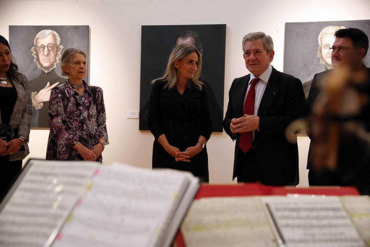 http://www.toledo.es/wp-content/uploads/2018/10/02_expo_sofia_gandarias-1200x800.jpg. Sofía Gandarias ofrece un original homenaje al Greco en San Marcos de la mano de 54 personajes de nuestra época