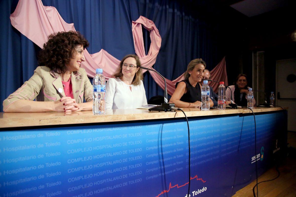 """https://www.toledo.es/wp-content/uploads/2018/10/03_apacama-1200x800.jpg. La alcaldesa destaca las historias de superación tras el cáncer de mama porque """"ofrecen luz a los que ven sólo sombras"""""""