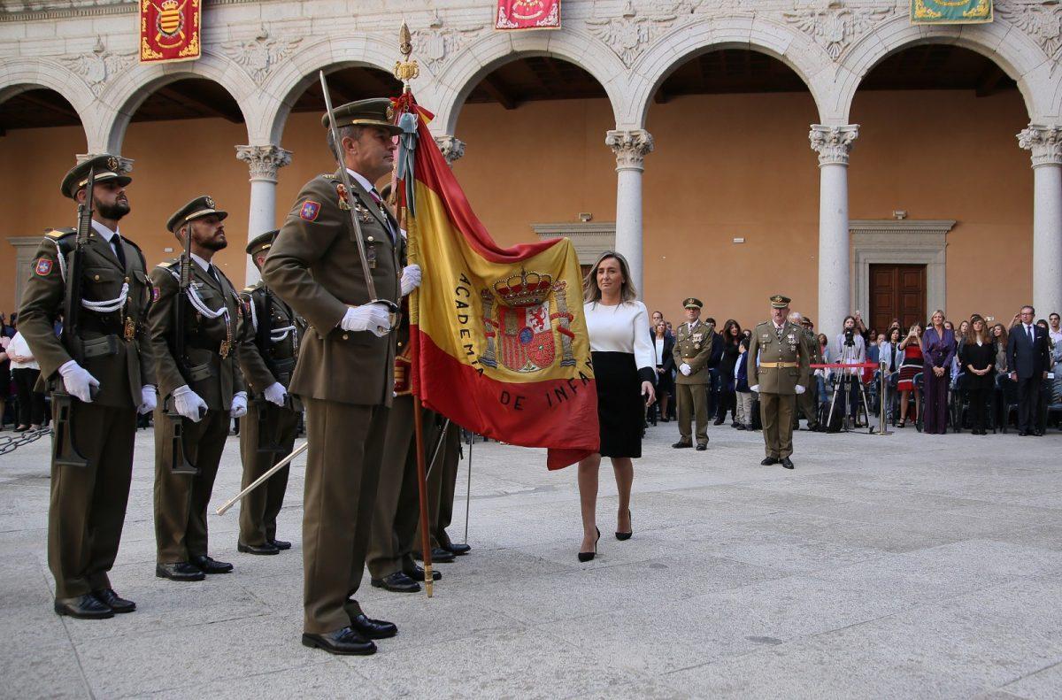 https://www.toledo.es/wp-content/uploads/2018/10/03_jura_bandera-1200x791.jpg. Milagros Tolón participa en la jura de bandera civil del Museo del Ejército con motivo del 175 cumpleaños de la insignia española