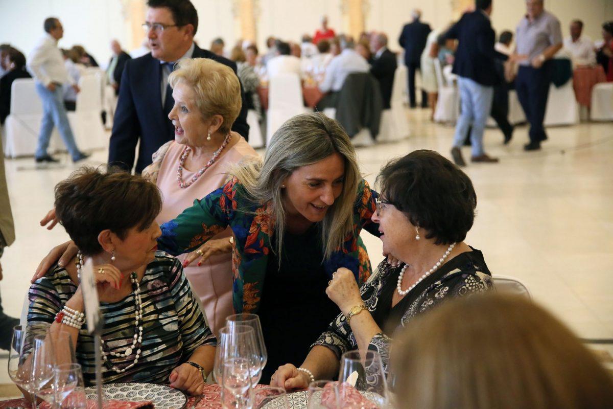 http://www.toledo.es/wp-content/uploads/2018/10/05_comida_asvat-1200x800.jpg. Milagros Tolón recuerda a los miembros de Asvat que cuentan con su complicidad y celebra con ellos su tradicional comida