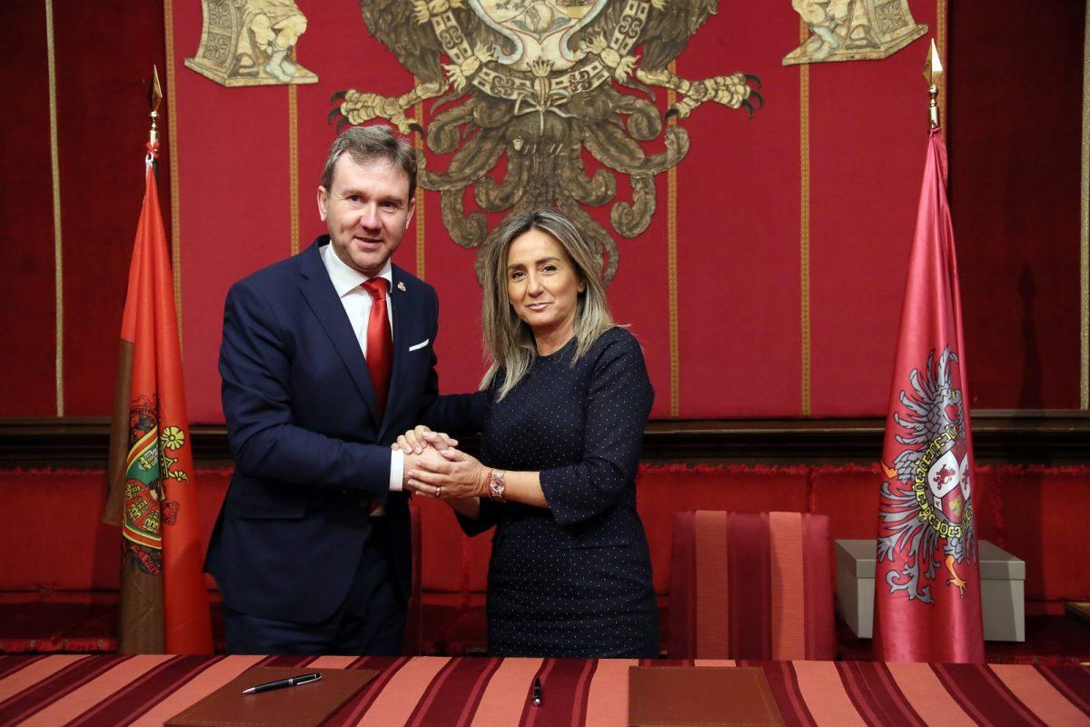 """https://www.toledo.es/wp-content/uploads/2018/10/05_firma_convenio_burgos-1200x800.jpg. La alcaldesa suscribe el Protocolo Cultural con Burgos y confía en """"que vaya más allá, para que nos depare abundantes frutos"""""""