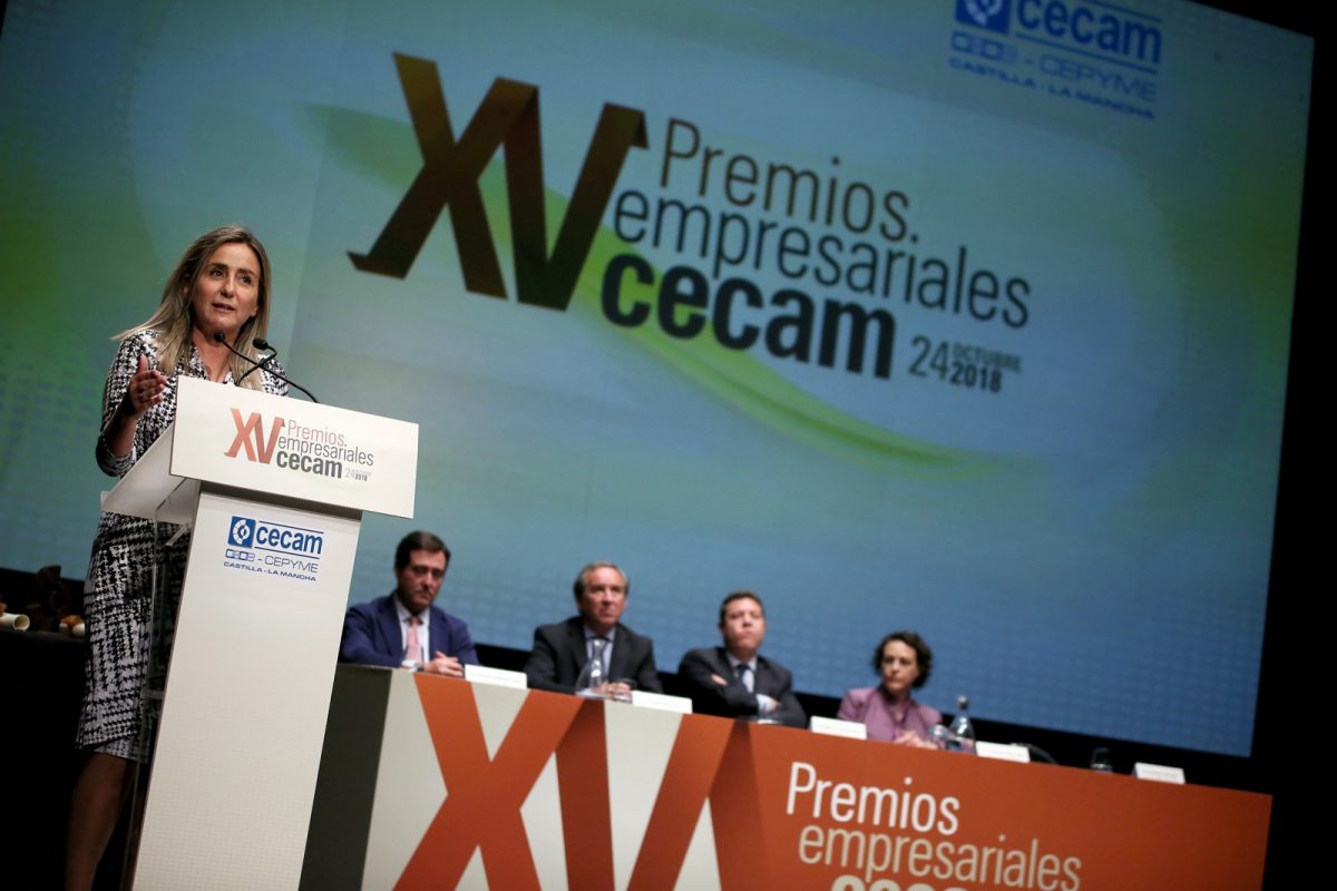 """http://www.toledo.es/wp-content/uploads/2018/10/06_premios_cecam-1200x800.jpg. Milagros Tolón destaca en los Premios de CECAM el papel de los empresarios """"como generadores de empleo en nuestra tierra"""""""