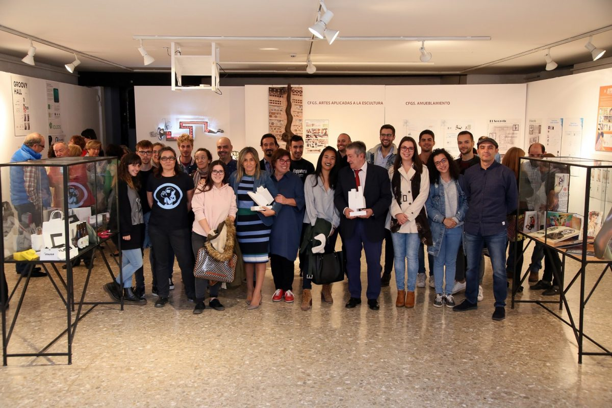Milagros Tolón destaca la creatividad de los jóvenes talentos en la exposición de fin de ciclo de los alumnos de la Escuela de Arte