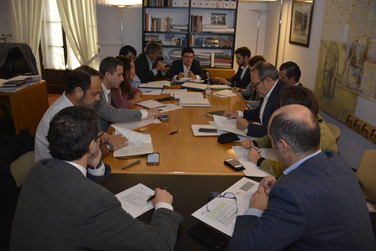 http://www.toledo.es/wp-content/uploads/2018/10/comision-de-urbanismo-1200x800.jpg. El Ayuntamiento impulsa un grupo de trabajo que abordará la estrategia local para la regulación de viviendas con fines turísticos