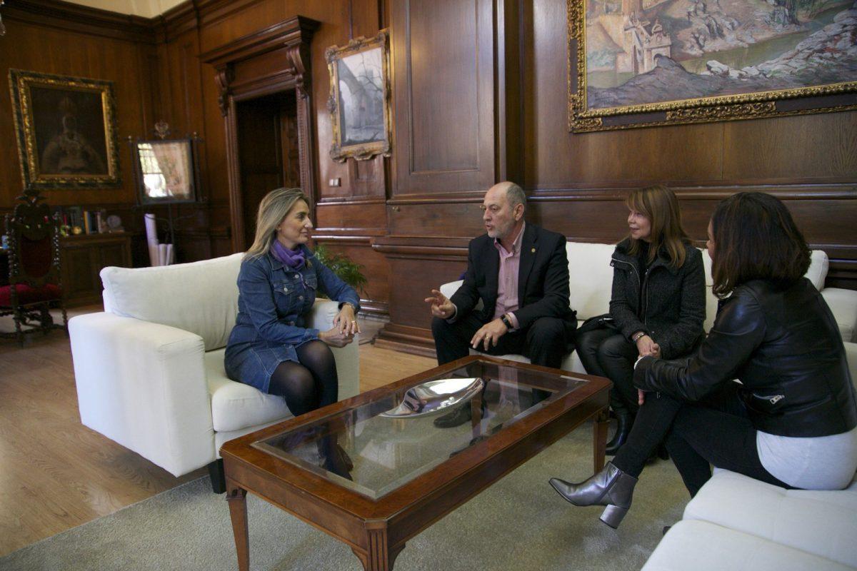 La alcaldesa recibe a su homólogo en Calanda para avanzar en la colaboración cultural entre ciudades a través del Centro Buñuel