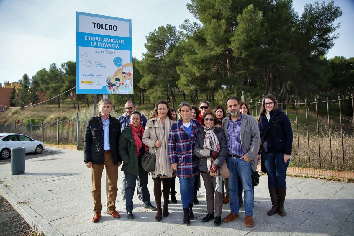 """https://www.toledo.es/wp-content/uploads/2018/11/04_placa_ciudad_amiga_infancia-1200x800.jpg. La alcaldesa reitera su compromiso con los niños y niñas de Toledo en la colocación de la placa """"Ciudad Amiga de la Infancia"""""""