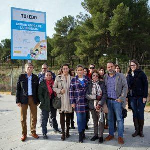 """La alcaldesa reitera su compromiso con los niños y niñas de Toledo en la colocación de la placa """"Ciudad Amiga de la Infancia"""""""