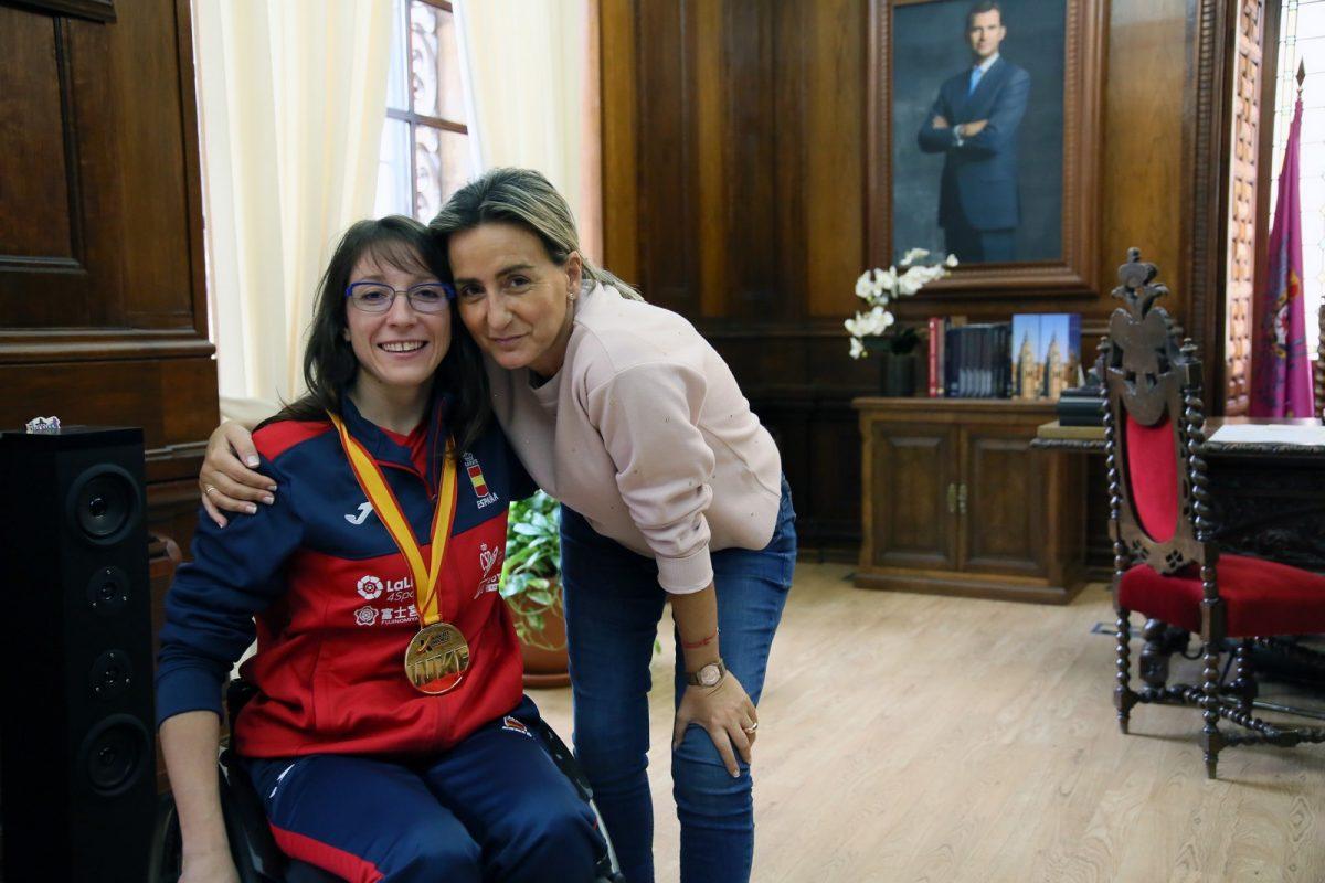 https://www.toledo.es/wp-content/uploads/2018/11/05_campeona_mundo_karate-1200x800.jpg. La alcaldesa traslada la enhorabuena a la campeona del mundo de kata en silla de ruedas, la toledana Isabel Fernández