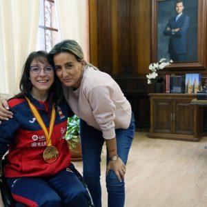 La alcaldesa traslada la enhorabuena a la campeona del mundo de kata en silla de ruedas, la toledana Isabel Fernández