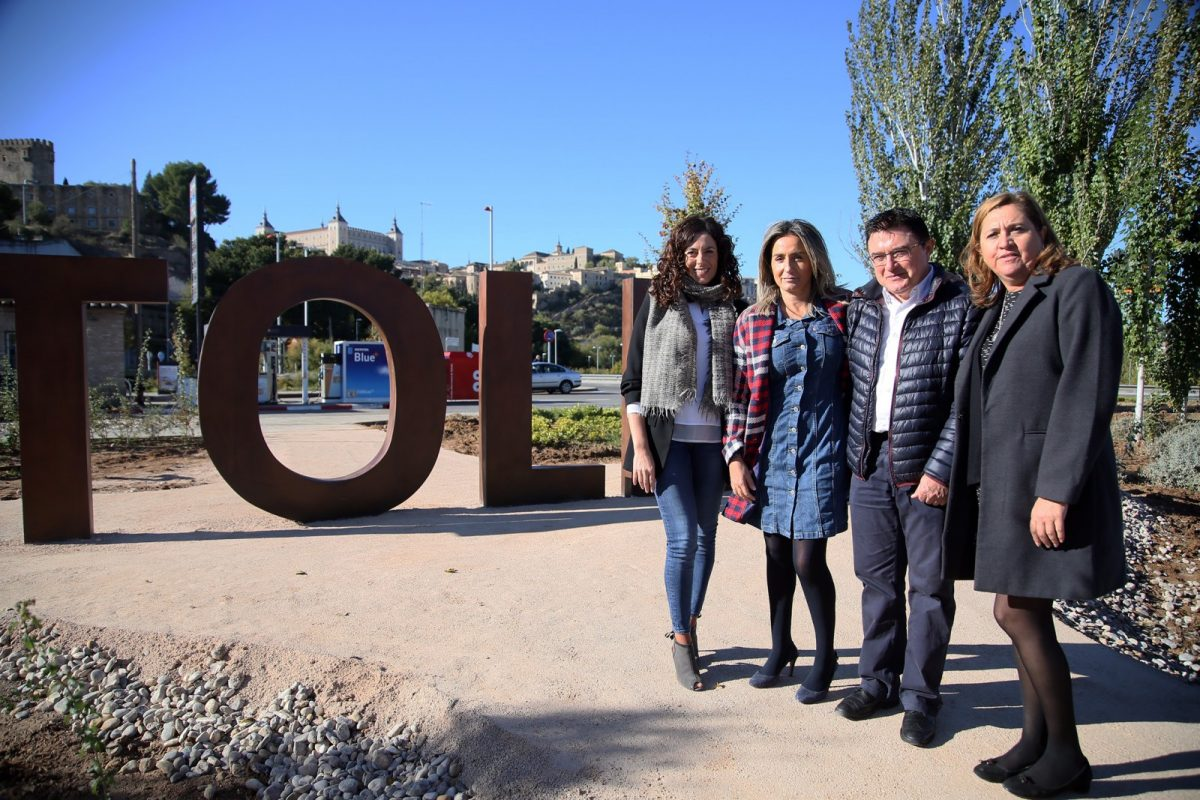 """El Ayuntamiento actúa en la entrada al Casco por Santa Bárbara con la mejora del ajardinamiento y un gran letrero de """"Toledo"""""""