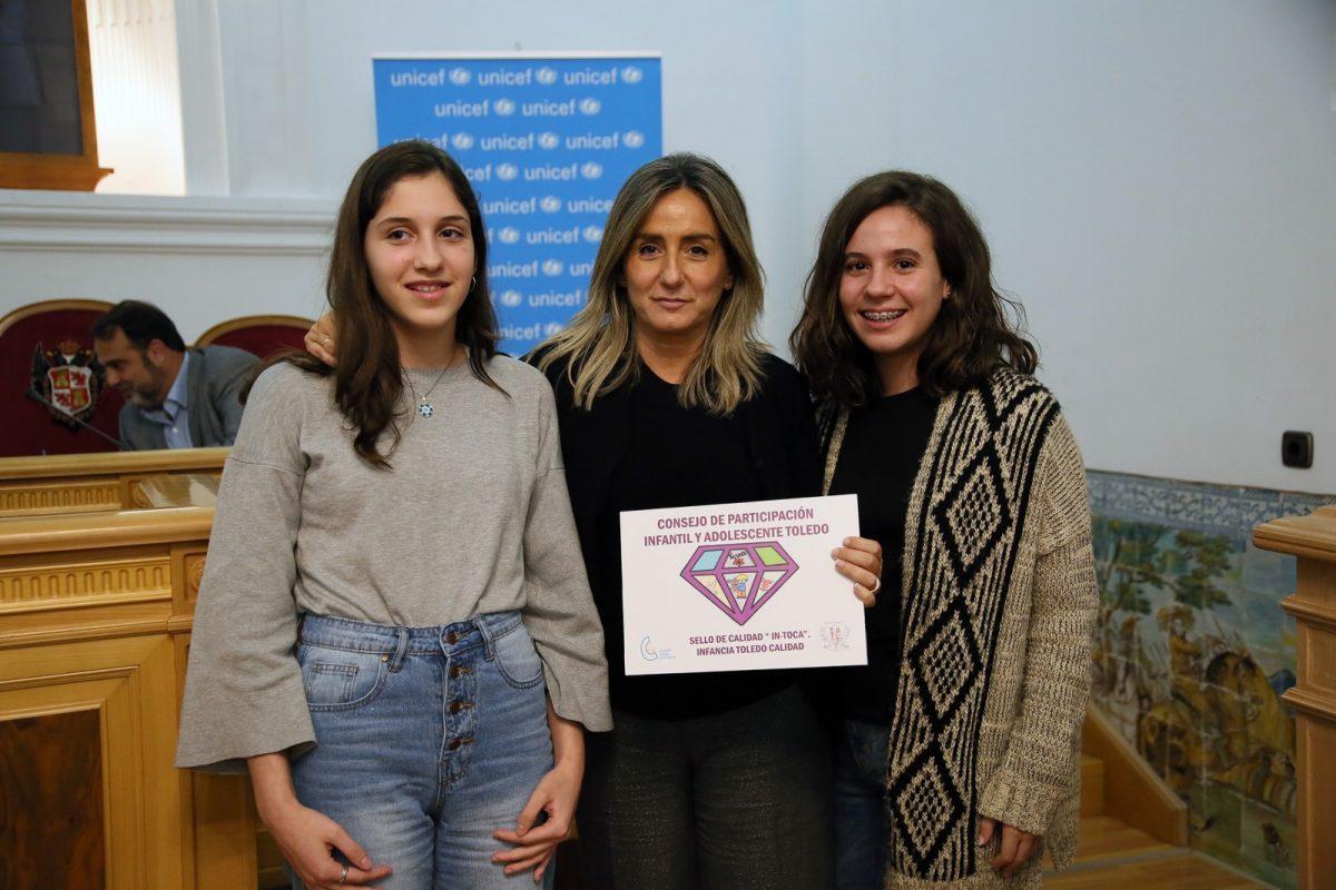 http://www.toledo.es/wp-content/uploads/2018/11/13_pleno_infantil-1200x800.jpg. La alcaldesa recibe un galardón del Consejo de Participación de la Infancia y la Adolescencia por el Parque de las Tres Culturas