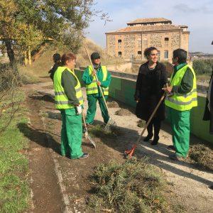 Los trabajadores del Plan de Empleo del Ayuntamiento mantienen las labores de limpieza, desbroce y mantenimiento en los barrios
