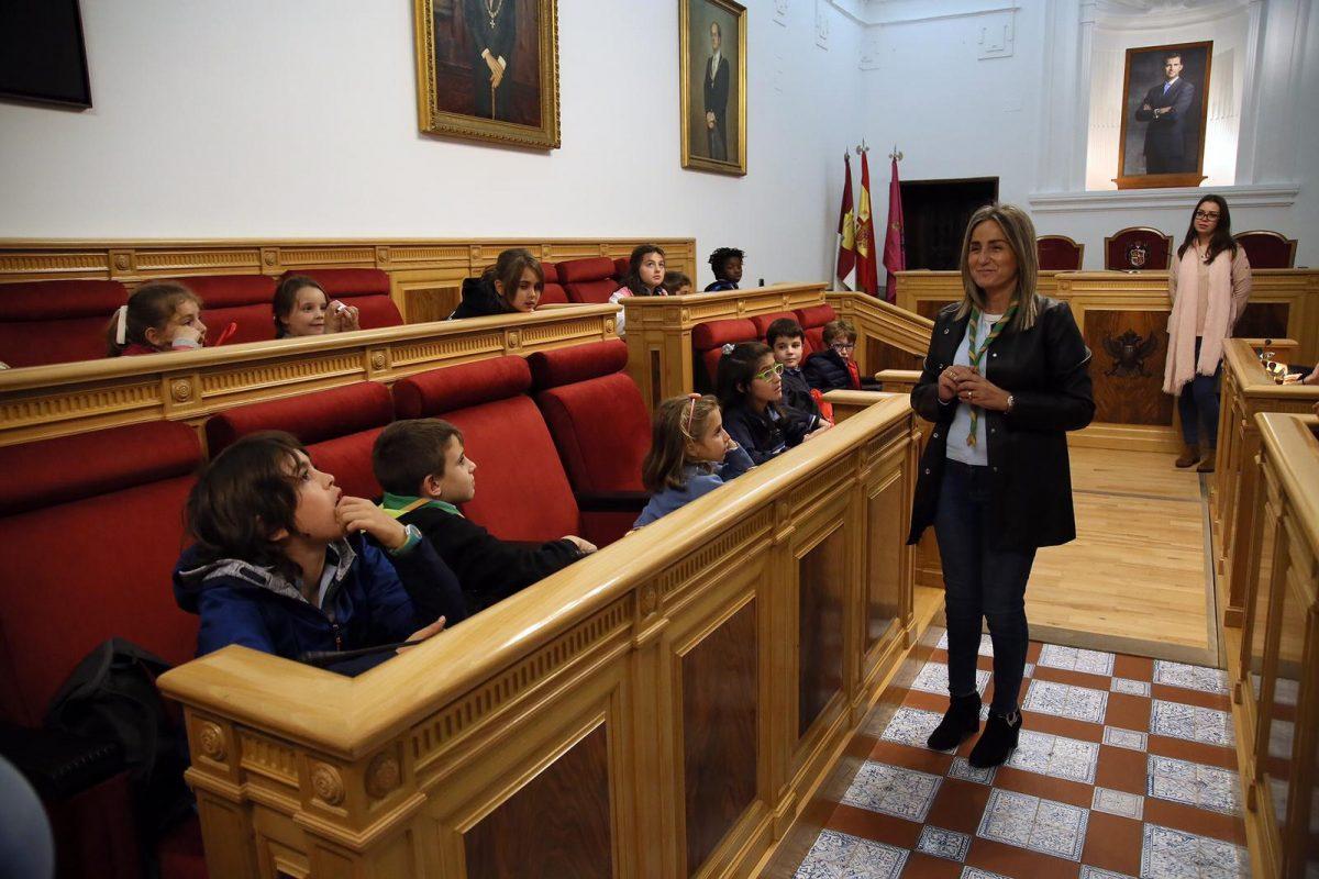 La alcaldesa conoce los proyectos e inquietudes de los Scouts Seeonee de Toledo en el 40 aniversario de su constitución