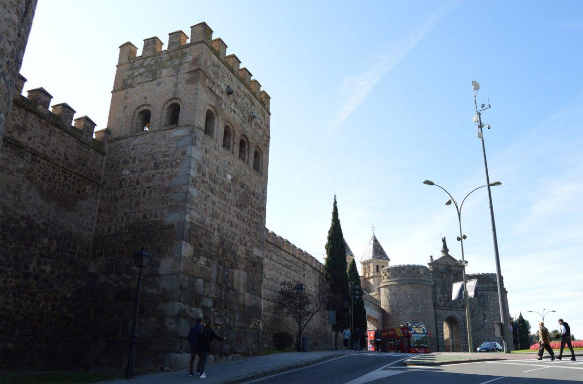 https://www.toledo.es/wp-content/uploads/2018/11/muralla-1-1200x791.jpg. Más de 300 metros de muralla entre Bisagra y Puerta Nueva estrenarán iluminación artística en el XXXII Aniversario como Ciudad Patrimonio