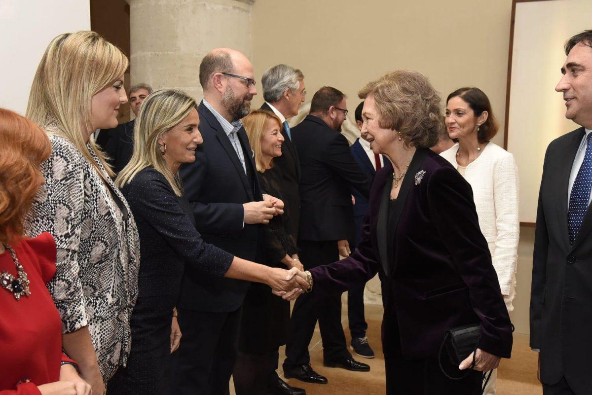 https://www.toledo.es/wp-content/uploads/2018/11/saludo-1200x801.jpeg. La alcaldesa de Toledo participa en la entrega del 'Premio Patrimonio 2018' a Su Majestad la Reina Doña Sofía en el Día Internacional