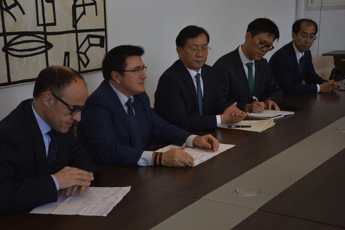 https://www.toledo.es/wp-content/uploads/2018/11/teo-garcia_delegacion-jinan-1200x800.jpg. El Ayuntamiento recibe a una delegación china de Jinan interesada en el desarrollo empresarial, cultural y turístico de Toledo