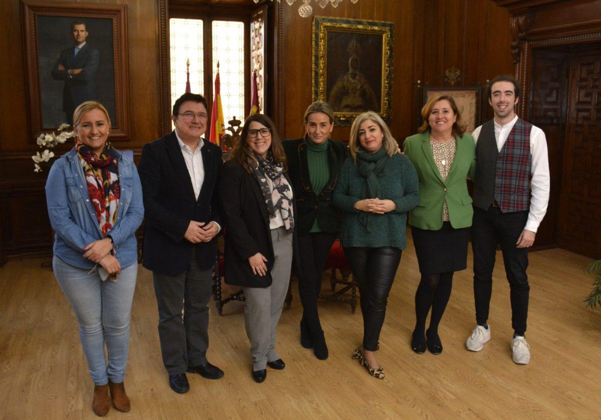 http://www.toledo.es/wp-content/uploads/2018/12/00_reunion_distrito1-1200x840.jpg. La alcaldesa conoce los proyectos e inquietudes de 'Distrito1', la nueva asociación de comerciantes y hosteleros del Casco