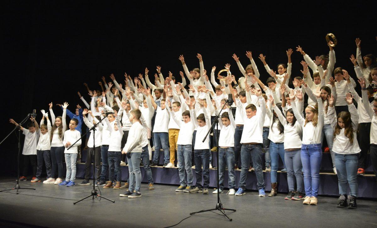 http://www.toledo.es/wp-content/uploads/2018/12/01-encuentro-villancicos-1200x728.jpg. Unos 200 alumnos cantan a la Navidad en el VII Encuentro de Villancicos Escolares organizado por el Consistorio toledano