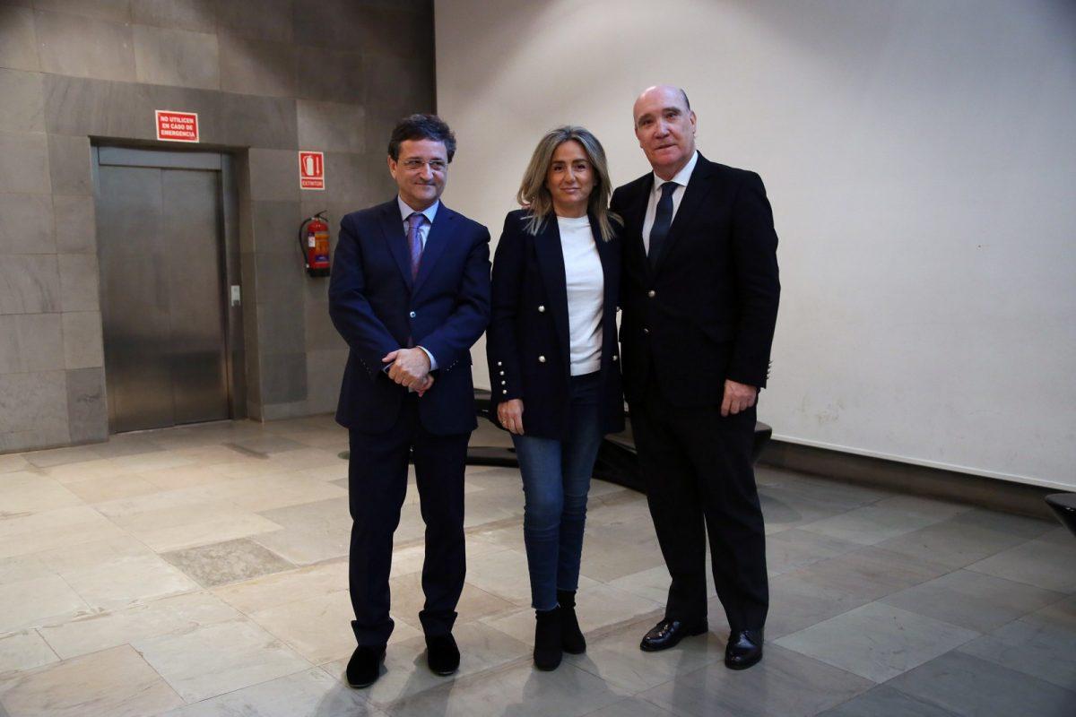 http://www.toledo.es/wp-content/uploads/2018/12/01_empresa_familiar-1200x800.jpg. La alcaldesa felicita al Grupo San Román, galardonado con el X Premio Familia Empresaria de Castilla-La Mancha