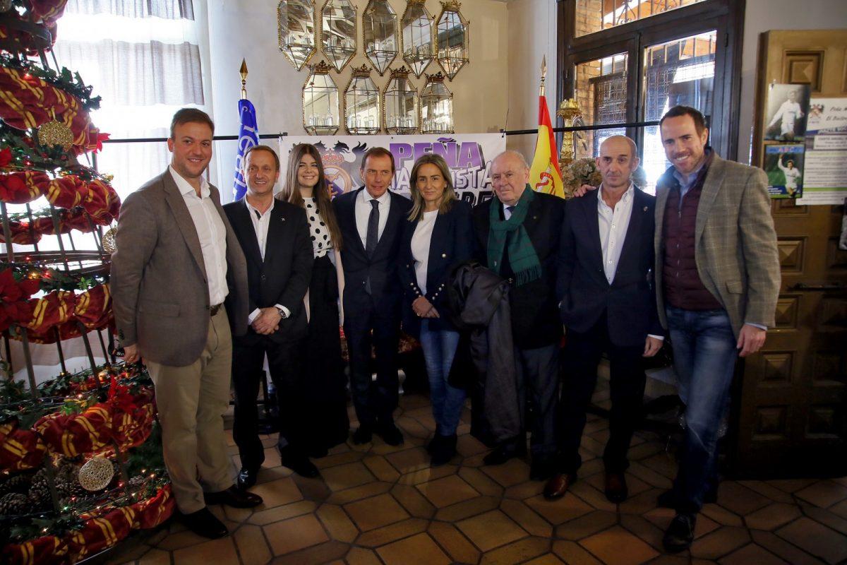 http://www.toledo.es/wp-content/uploads/2018/12/03_prena_buitre.-1200x800.jpg. La alcaldesa comparte con los socios de la peña madridista 'El Buitre' y Emilio Butragueño la celebración de su 33 aniversario