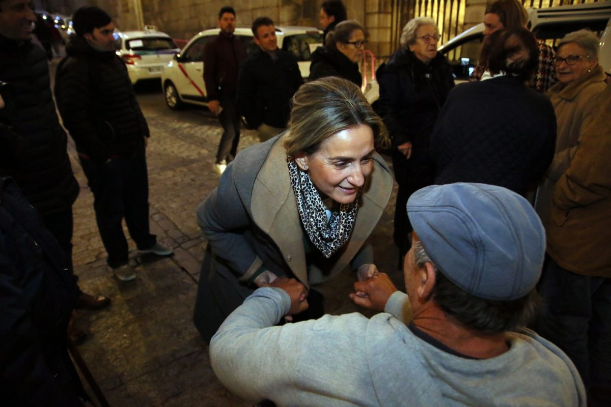 http://www.toledo.es/wp-content/uploads/2018/12/03_taxis_luces_navidad-1200x800.jpg. Milagros Tolón recibe a los mayores de la caravana solidaria de taxistas en su recorrido por la iluminación navideña de la ciudad
