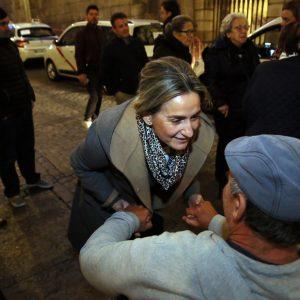 Milagros Tolón recibe a los mayores de la caravana solidaria de taxistas en su recorrido por la iluminación navideña de la ciudad