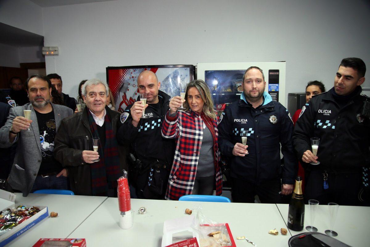 http://www.toledo.es/wp-content/uploads/2018/12/04_visita_policia_bomberos-1200x800.jpg. La alcaldesa felicita la Navidad a los policía locales, bomberos y sanitarios del 112 que pasan la Nochebuena en turno de guardia