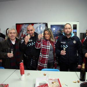 a alcaldesa felicita la Navidad a los policía locales, bomberos y sanitarios del 112 que pasan la Nochebuena en turno de guardia