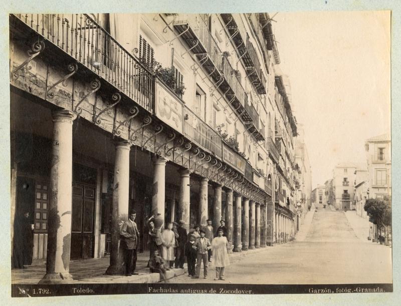 http://www.toledo.es/wp-content/uploads/2018/12/1792-toledo_-fachadas-antiguas-de-zocodover.jpg. El Toledo fotografiado por Rafael Garzón en 1897, expuesto por  el Archivo Municipal