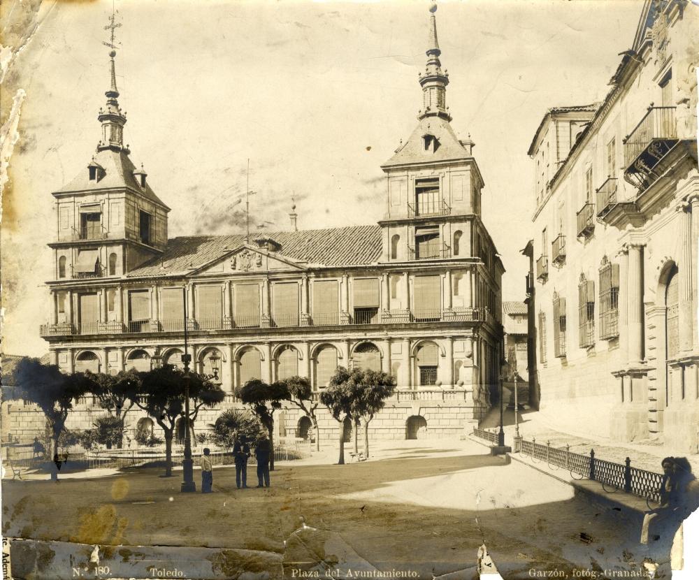 https://www.toledo.es/wp-content/uploads/2018/12/1880-toledo.-plaza-del-ayuntamiento.jpg. Toledo en las fotos de Rafael Garzón (1897)
