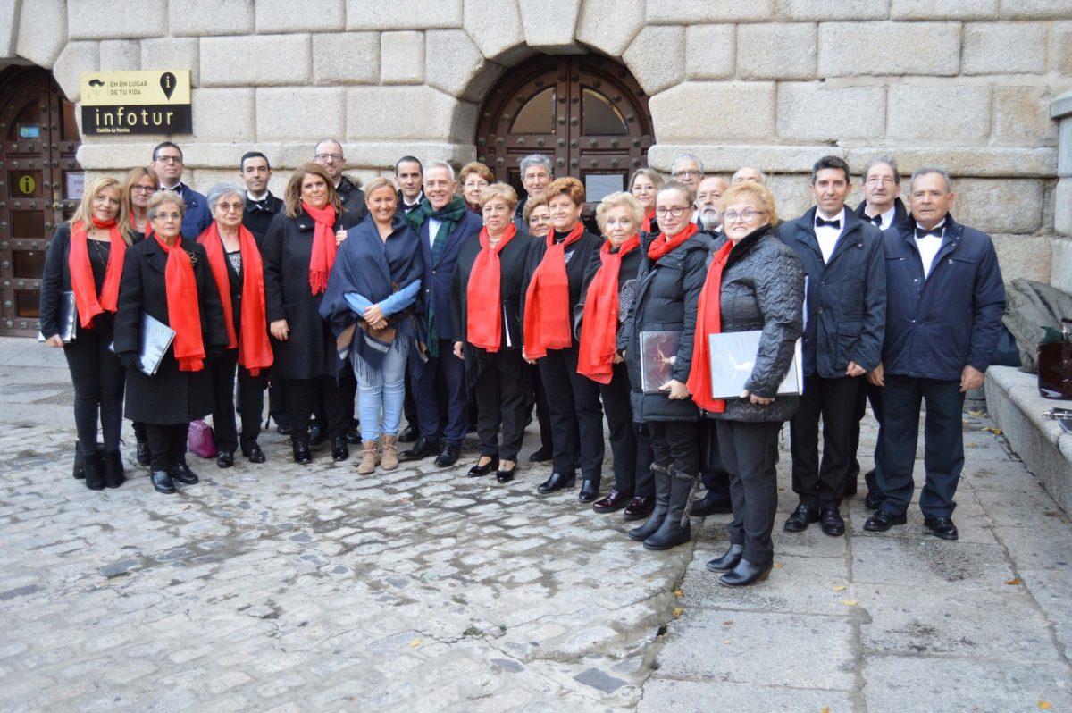 http://www.toledo.es/wp-content/uploads/2018/12/20181216_coral-ayto_1-1200x798.jpg. La música coral llega a la plaza del Ayuntamiento convertida en 'El corazón de la Navidad' con actividades, artesanía y un gran tiovivo