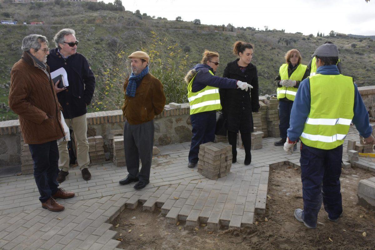 http://www.toledo.es/wp-content/uploads/2018/12/ines-sandoval_cruz-verde_3-1200x800.jpg. La ampliación de los alcorques de la plaza de la Cruz Verde y la mejora del adoquinado avanza gracias a los Planes de Empleo