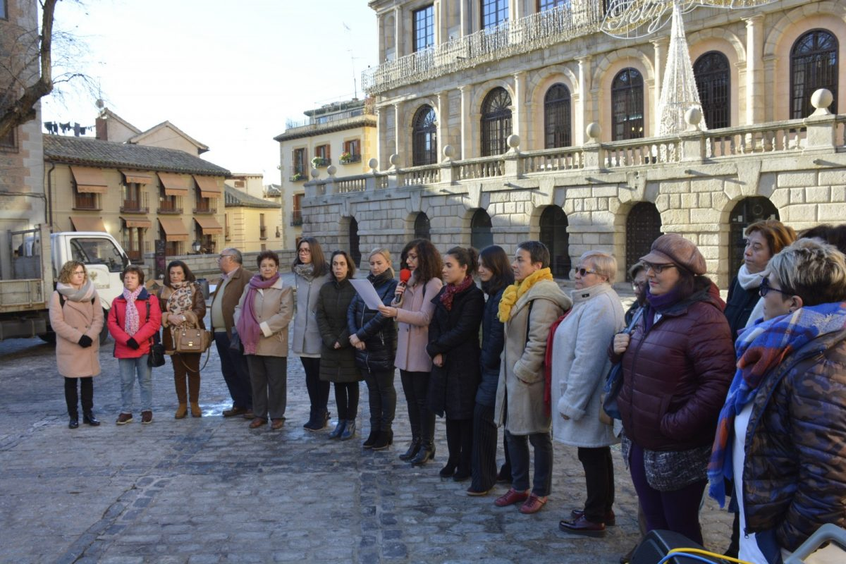 http://www.toledo.es/wp-content/uploads/2019/01/02-concentracion-consejo-local-mujer-1200x800.jpg. El Consejo Local de la Mujer pide que los derechos de las mujeres no sean moneda de cambio en ninguna negociación política