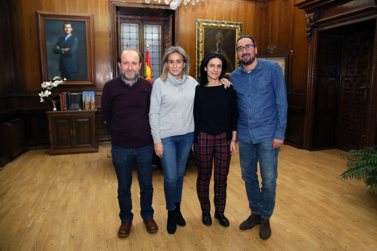 http://www.toledo.es/wp-content/uploads/2019/01/02_escuelas_del_mundo-1200x800.jpg. La alcaldesa recibe el agradecimiento de El Paisnal (El Salvador) por el apoyo de Toledo a un proyecto de Escuelas para el Mundo