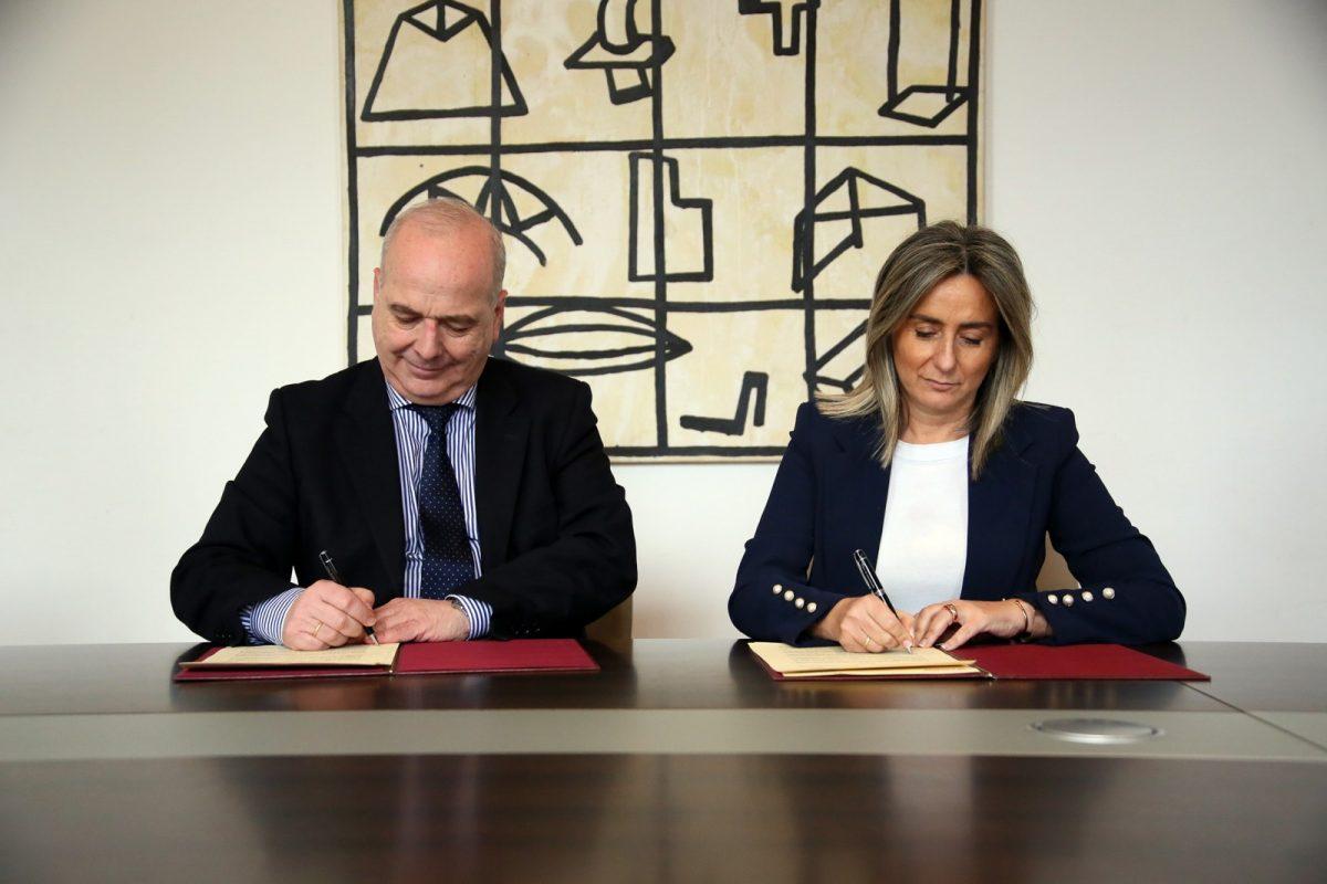http://www.toledo.es/wp-content/uploads/2019/01/03_convenio_caritas-1200x800.jpg. Ayuntamiento y Cáritas firman un convenio para gestionar los contenedores de recogida de ropa usada