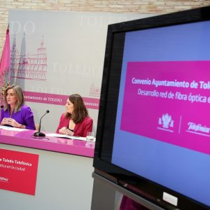 a alcaldesa firma el convenio para hacer llegar la fibra óptica a hogares, comercios y empresas del Casco Histórico y otras zonas de la ciudad