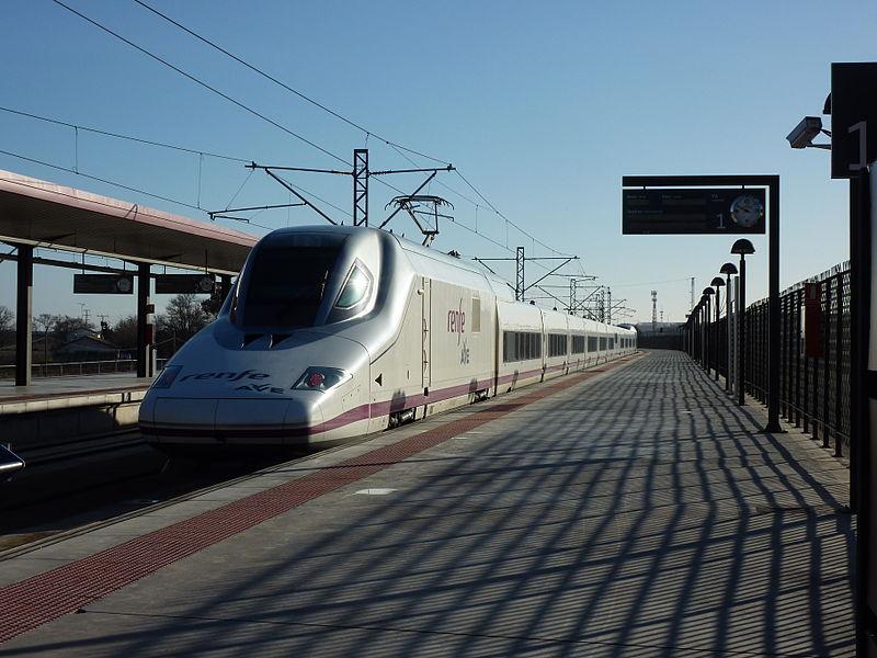 """https://www.toledo.es/wp-content/uploads/2019/01/ave_class_112_toledo.jpg. La alcaldesa destaca que la conexión ferroviaria con Portugal convierte a Toledo en """"centro neurálgico de la comunicación"""""""
